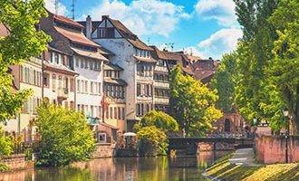 Der Wasserweg im Sommer, in der Nähe von Straßburg